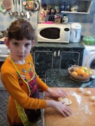 помогаю бабуле печь пирожки