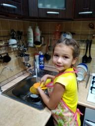 Помогаю маме мыть посуду