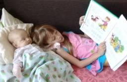 Читаю букварь сестренке