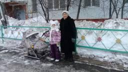 на прогулке с бабушкой и сестренкой